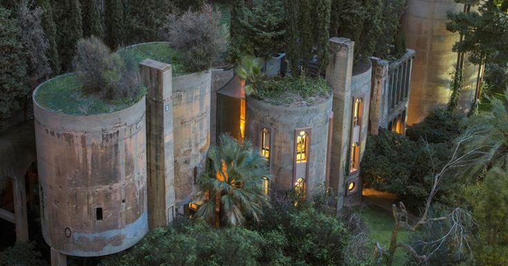 Este famoso arquitecto español, Ricardo Bofil, convirtió una vieja fábrica de cemento en su hogar y el interior te fascinará   Bored Panda