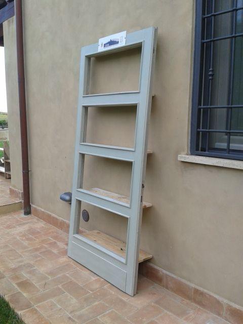 Vecchia porta dell'asilo di Capalbio diventa una libreria. Mensole realizzate con legno di pancale.