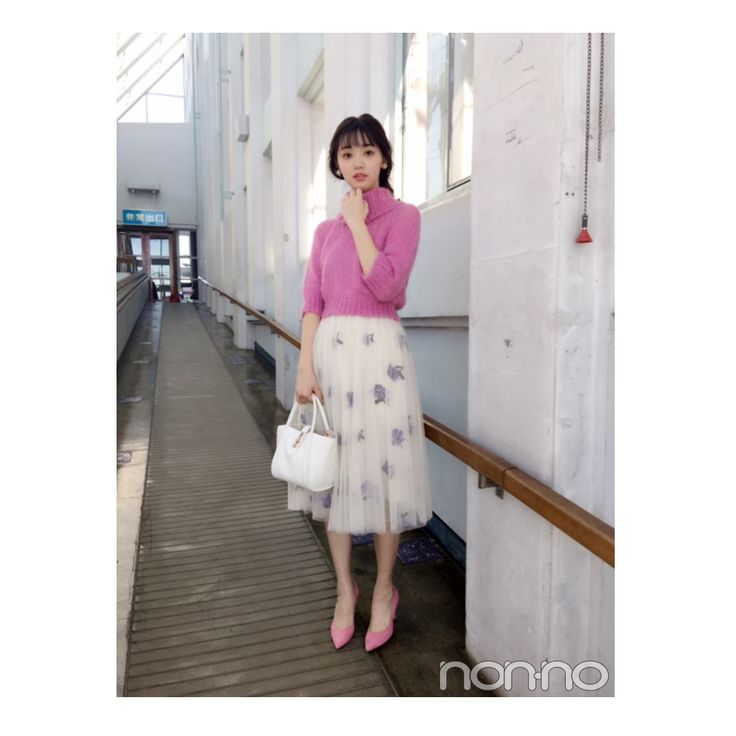 ミニスカート姿の江野沢愛美さん