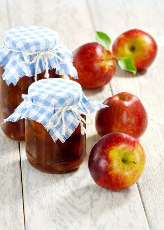 Die Apfel-Karamell-Marmelade schmeckt köstlich zu Waffeln und anderen Süßspeisen. Auch als Brotaufstrich ist das raffinierte Rezept geeignet.