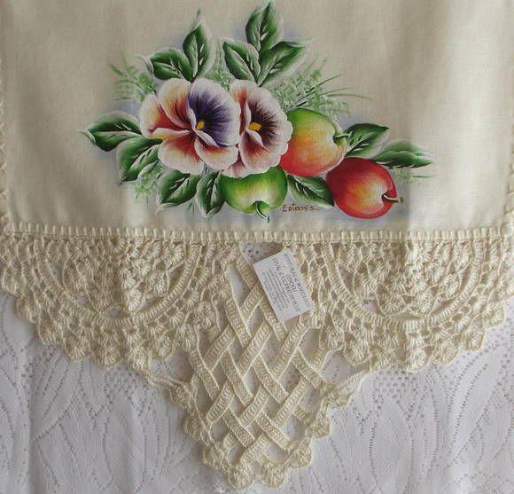 Pano de prato cor creme de algodão, pintado a mão e barrado em croche com linha de algodão.  Frete por conta do cliente. R$ 30,00