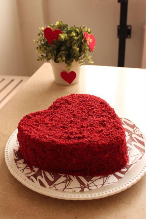 Bizcocho de Red Velvet (10 porciones)  Capas de bizcocho esponjoso y suave a base de cocoa y color vegetal, separado por una cubierta cremosa a base de queso.