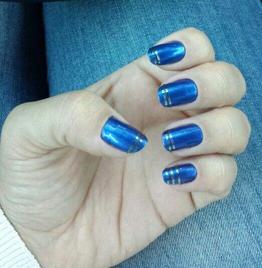 Esmalte azul lindo! E pra completar, tirinhas de fita adesiva para unhas prata.