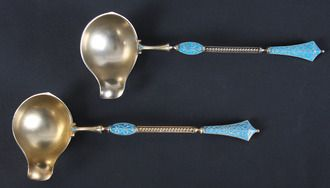Et par sauseøser i forgylt sølv og lyselå trådemalje, Gustav Gaudernak for David Andersen, sent 1800-tallet.