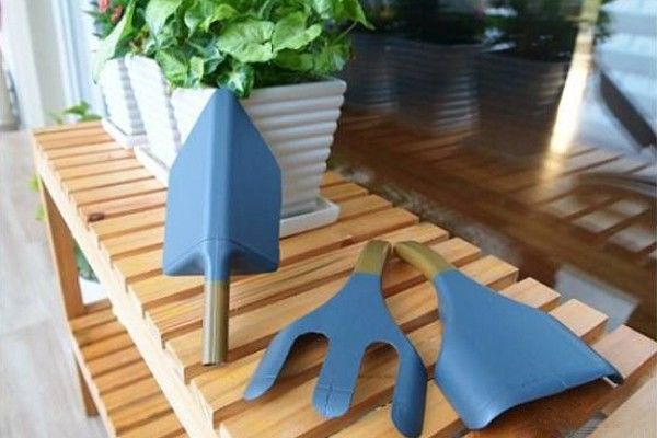 Attrezzi da giardino realizzati con flaconi di plastica
