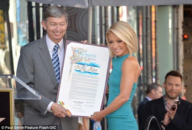 ♥♥♥Kelly Ripa♥♥♥ Ta-da: Kelly took the time to pose with Hollywood Chamber Of Commerce President and CEO Le...
