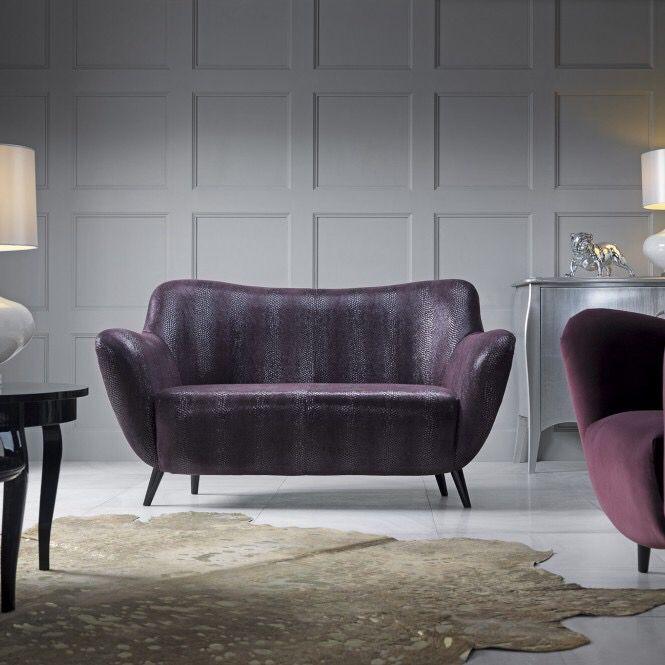 Sofa Vintage swoja formą prezentują styl mebli lat 60-tych ubiegłego wieku. Cienkie, wysokie nóżki oraz obłe kształty konstrukcji salonika gwarantują klimat minionej epoki. Świetnie prezentuje się w mocnych, odważnych kolorach, tkaninach z geometrycznym, powtarzalnym wzorem oraz wzorami typu esy-floresy. Możliwość dowolnego wyboru kolorystyki pozwala na skomponowanie mebla, które ożywi każde wnętrze.
