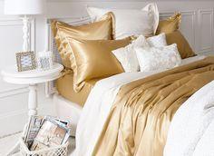 ropa de cama dorada y blanca