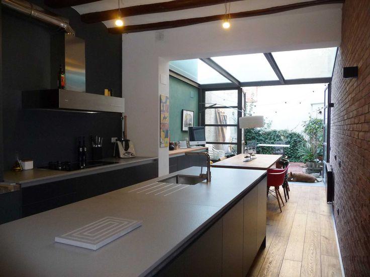 Las líneas sencillas y los materiales de calidad son la apuesta segura para esta cocina, exenta de elementos superfluos y cargada de identidad propia gracias también a este espacio singular.