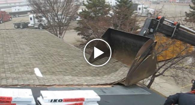 Meticuloso Operador Remove Telhado Com Retroescavadora Sem Danificar Casa