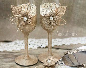 Matrimonio rustico insieme, flauti tostatura di tela pizzo & torta taglio Set, Champagne Glasses torta servono insieme, sposa e sposo che tostano i vetri