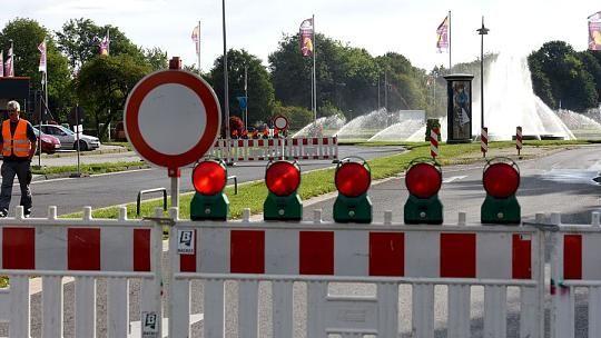 Vom 24. August bis zum 7. September 2015 wurde die Asphaltdecke auf dem Aachener Europaplatz saniert. Die Auswirkungen für den Verkehr waren bereits am 1. Tag der Vollsperrung deutlich spürbar: Rund um das Aachener Kreuz entwickelte sich ein bis zu neun Kilometer langer Stau.