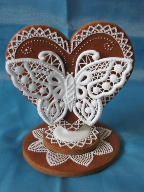 This is stunning! So beautiful and precious work! It´s gingerbread with icing. Can you believe it?