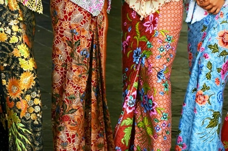 Peranakan Kebaya Sarongs. Covered yet seXy. Lovely pop of colouR