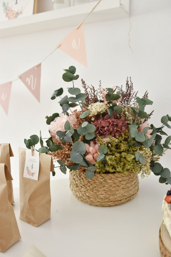 Decoración Floral En Tonos Suaves Para Un Cumpleaños