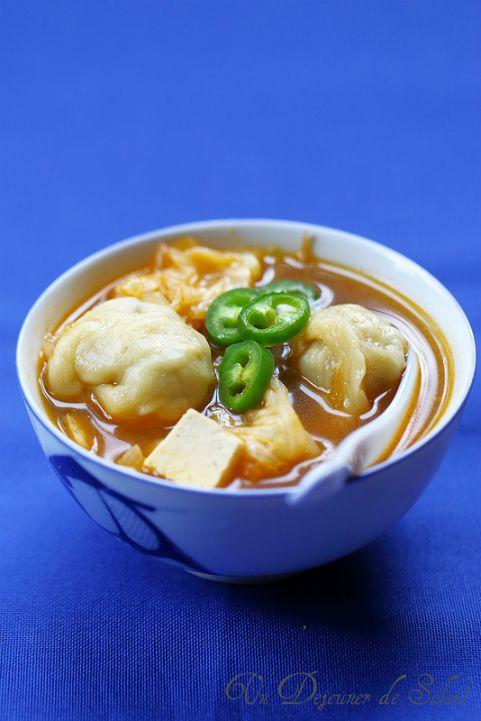 Cassolette de raviolis coréens à la viande en bouillon de Kimchi | Un Déjeuner de Soleil