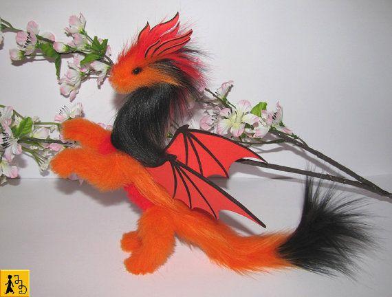 Drache posierbar Puppe orange rot schwarz Flügel Fantasie Tier Kunstfell handgemacht Stofftier Haustier Plüsch Moosgummi Jerseydays