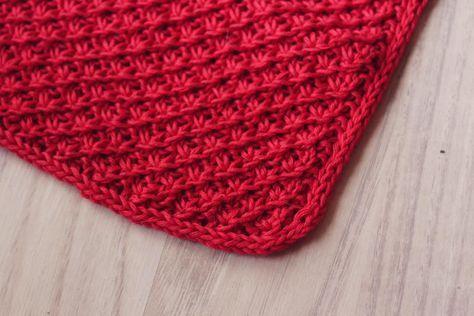 """Gratis opskrift! Vi skyder weekenden i gang med en lille opskrift på en strikket karklud i mønstret """"Daisy stitch"""". Det giver en rigtig dejlig karklud, som er nem at vride. God strikkelyst! Materialer: Garn: 50g Alba eb05 Pind: 4(evt. pind 3½, hvis du strikker meget løst) Størrelse: 30x 30..."""