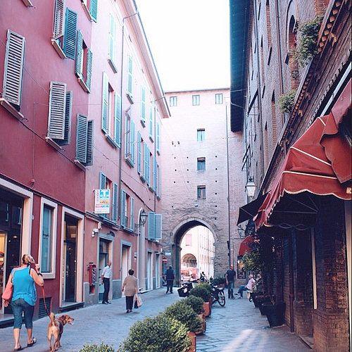 @jane_birkin  E' ora di pranzo e siamo in giro per la città. Questa è una delle strade che amo di più di #Bologna! Avete capito dove siamo?