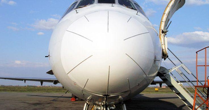 Qué objetos puedes llevar a bordo en Spirit Airlines. Spirit Airlines fue la primera línea aérea en cobrar por las maletas de cabina. La empresa cobraba 20, 30 o 45 dólares por una maleta de cabina en 2010, dependiendo de a dónde pagues el importe y si eres o no un miembro de los programas Spirit. Ahora muchas aerolíneas cobran por el equipaje facturado, pero hasta agosto de 2010, ninguna cobraba por ...