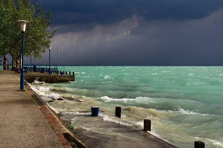 Gyönyörű fényekkel játszott a vihar Alsóörsön. Hungary