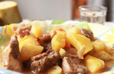 Ингредиенты: 500 г - мякоти говядины, можно свинины или баранины. 2 луковицы, 1 морковь 2-3 картофелины 1 ст. л. муки, соль, специи по вкусу Рецепт: м...
