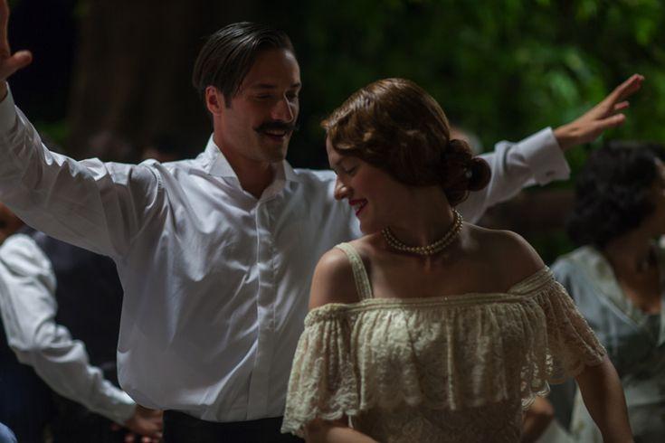 """Ο Σπύρος (Ανδρέας Κωνσταντίνου) και η Μόσχα (Σοφία Κόκκαλη). """"Μικρά Αγγλία"""" η νέα ταινία του Παντελή Βούλγαρη, βασισμένη στο ομώνυμο βιβλίο της Ιωάννας Καρυστιάνη. 5 Δεκεμβρίου στους κινηματογράφους. #MikraAgglia"""