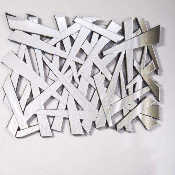 Le miroir Coccio est un élégant miroir à l'aspect bris de glace. Plein de style et tendance, cet objet donnera un effet surprenant à votre intérieur.