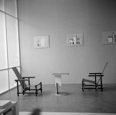 Afbeelding van tentoonstelling 'Rietveld' 1958, CMU, rood-blauwe stoelen met divantafel | Centraal Museum Utrecht