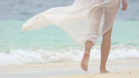Benen van een mooie vrouw die op het zandige strand van de Maldiven lopen stock video
