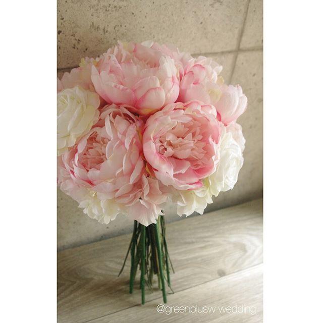 人気のピオニーブーケ♡ゴシップガールのブレアのブーケイメージで制作させて頂きました💐💕 ティファニーブルーのリボンとの組み合わせが可愛いかったです🎀 芍薬は通年人気です✨  #greenplus#greenpluswedding#artflower#artflowerwedding#artflowerbouquet#造花#アートフラワー#wedding bouquet#ウェディングブーケ#bouquet#ブーケ#ヘッドパーツ#花飾り#ブライダルヘアー#ヘアメイク#海外挙式#国内挙式#結婚式#前撮り#後撮り#レセプションパーティー#フォトウェディング#フォトツアー#リゾートウェディング#hawaiiwedding#ハワイウェディング#グアムウェディング#バリウェディング