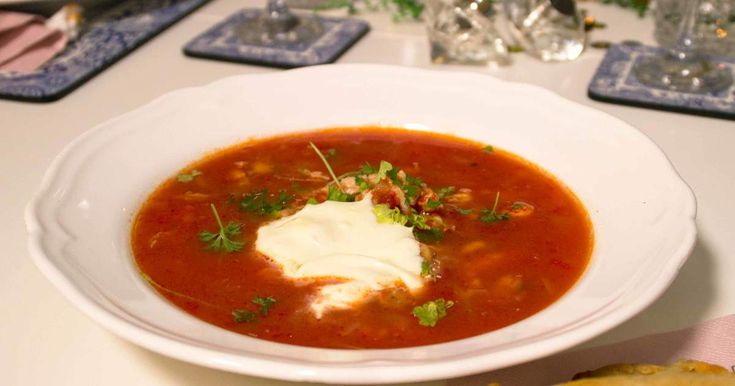 Mustig soppa med torsk, vitt vin och skaldjur, med smak av paprika och persilja