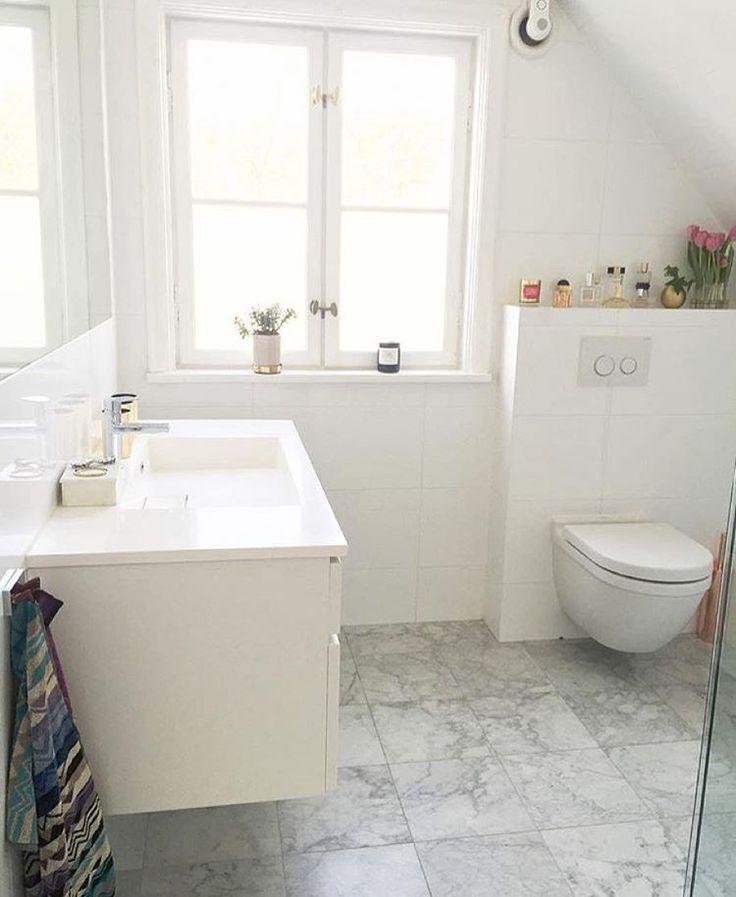 BADRUM ➰ Fint renoverat badrum med matt carraramarmor från Stenmagasinet, kommod från Kvik, toalett från Duravit design Philippe Starck och snygga handdukar från Missoni som bryter av mot det ljusa hemma hos @interiorbyadrienne ~ Good work!!