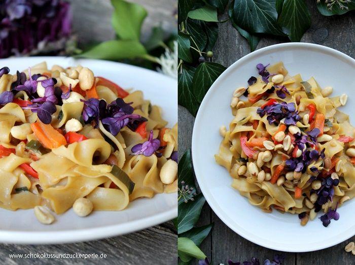 Tolles Rezept für eine asiatische One Pot Pasta mit Karotten, Erdnüssen, Paprika und roter Rettich Kresse. Optimal, wenn es mal schnell gehen muss.
