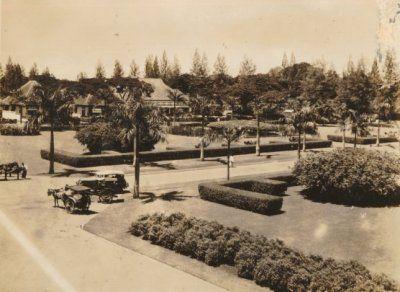 Sado's (tweewielig rijtuig) en een auto op een kruispunt te Soerabaja 1935 (Collections KITLV)