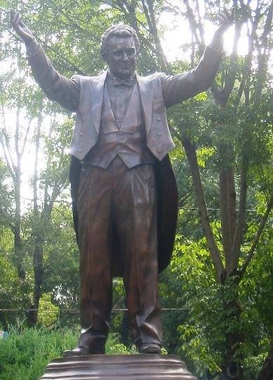 Plácido Domingo's statue in Mexico City