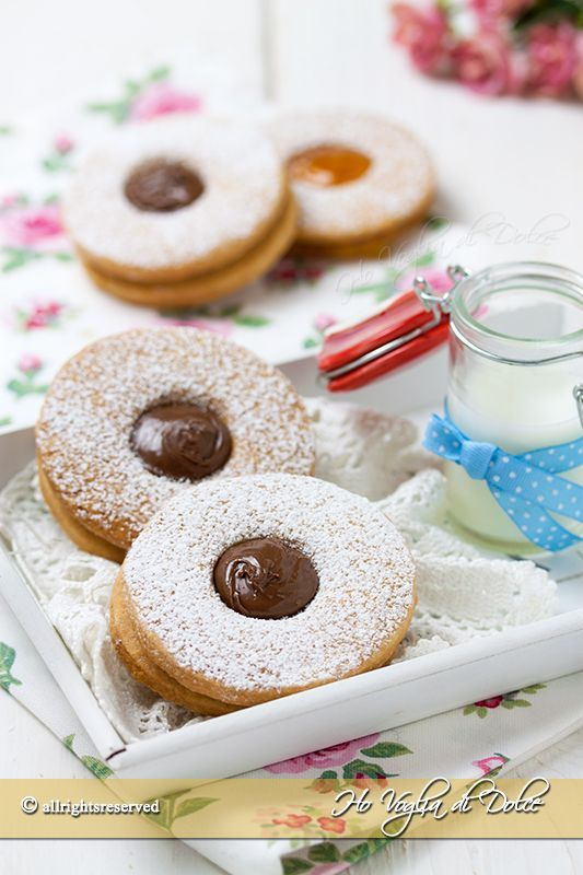 Biscotti occhio di bue ricetta facile, veloce. Sono dei dolcetti friabili di pasta frolla ripieni con Nutella, marmellata, perfetti per la merenda e il tè.