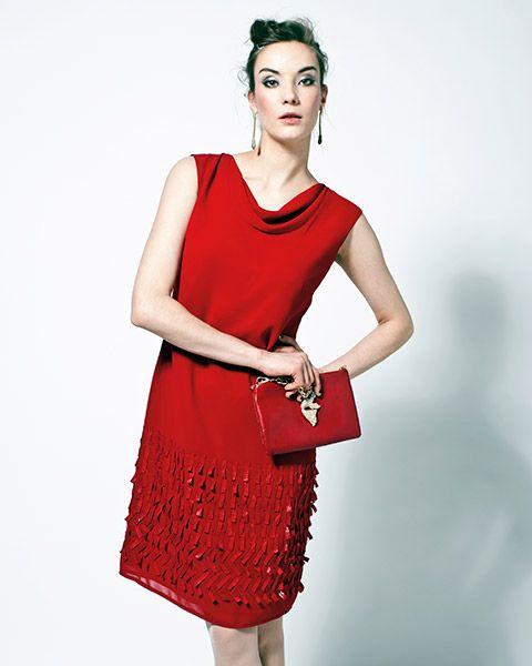 Punaisessa mekossa on kaunis vesiputouskaulus ja jännittävä kolmiulotteinen helma.