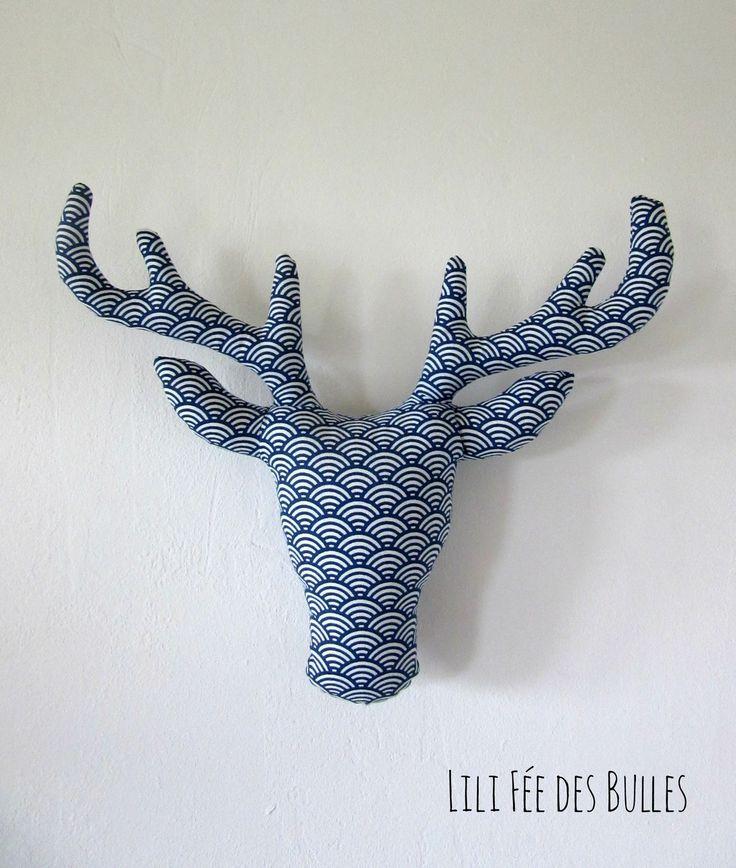 Trophée tête de cerf en tissu bleu et blanc imprimé écailles