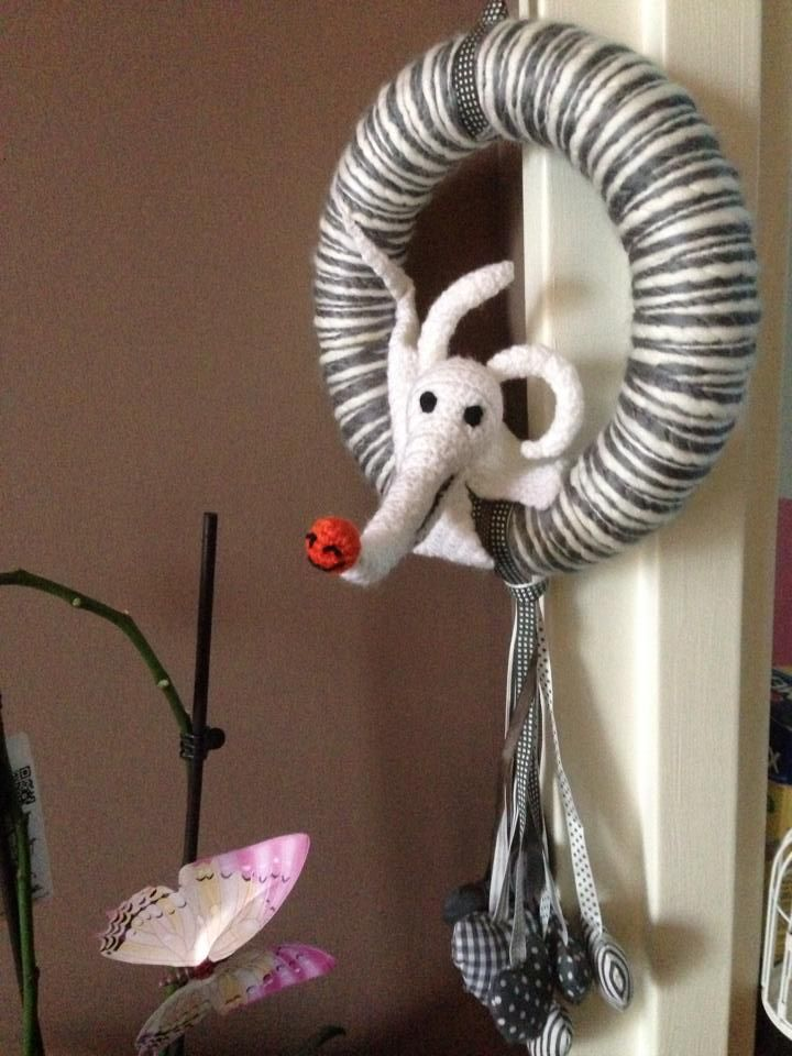 Couronne de noël Ikea décorée avec le chien de l'étrange noël de M. Jack.  Patron de Zero dispo sur http://www.yarnydoom.com/2010/12/free-crochet-pattern-zero-the-ghost-dog/