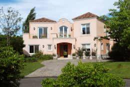 Casas de estilo colonial por ALVARENGA+LLACAY arquitectos