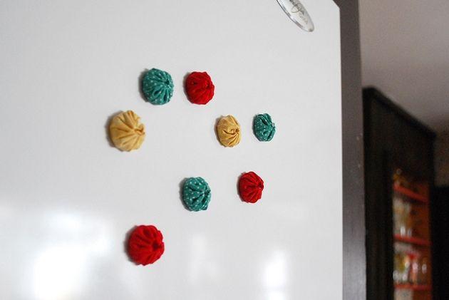 imãs-da-geladeira com tecido: Fridge Magnets, Crafts Ideas, Colors Fabrics, Diy Magnets, Diy Crafts Projects, Yoyo Magnets, Diy Fridge, Os Imã, Fabrics Magnets
