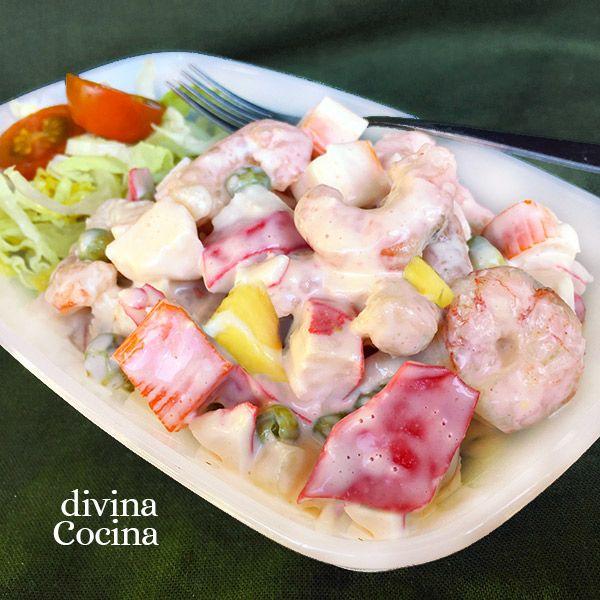 Esta ensaladilla fácil de marisco es perfecta para preparar un plato especial con ingredientes sencillos.