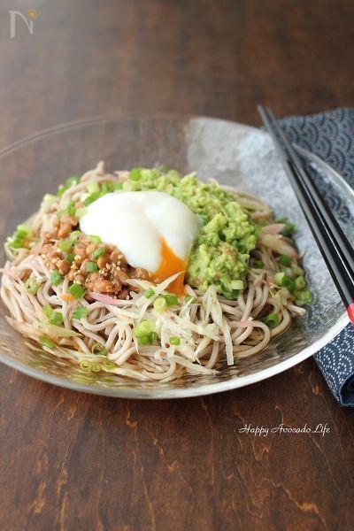 アボカドをつぶすことで、麺と納豆に絡んで食べやすくなります。梅風味とたっぷりの薬味でさっぱりいただける、夏に食べたい冷やし麺です!