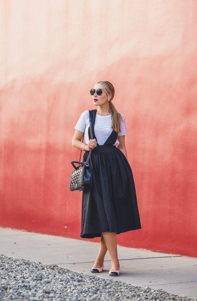 Suspender платье, Urban Outfitters фартук платье, теория белая футболка, Urban Outfitters подтяжк платье, Chanel квартир, Как укладывать белые футболки, Chanel цепь Boy мешок, Chanel жемчужные квартир, передник платье, Silence + Noise Camden Фартук Midi юбка, строка 8 солнцезащитные очки, miansai, вернуться к основам