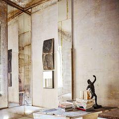 Sous ce gazon parfait et cette 'boîte' minimaliste se cachent d'insoupçonnables espaces au décor élégant et chaleureux, imaginé par les décorateurs Jacques Bec et Artur Miranda.