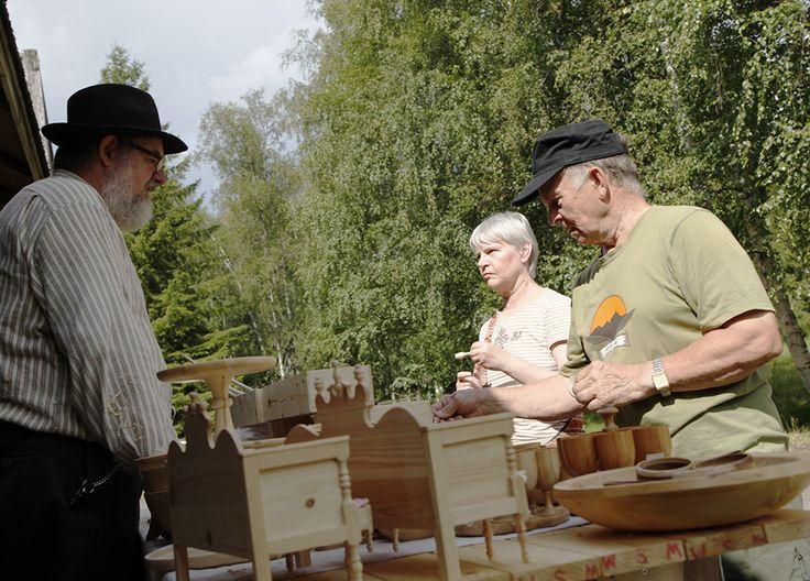 Puusta on valmistettu taidokkaasti pieniä tarve- ja koriste-esineitä. Oulu (Finland)