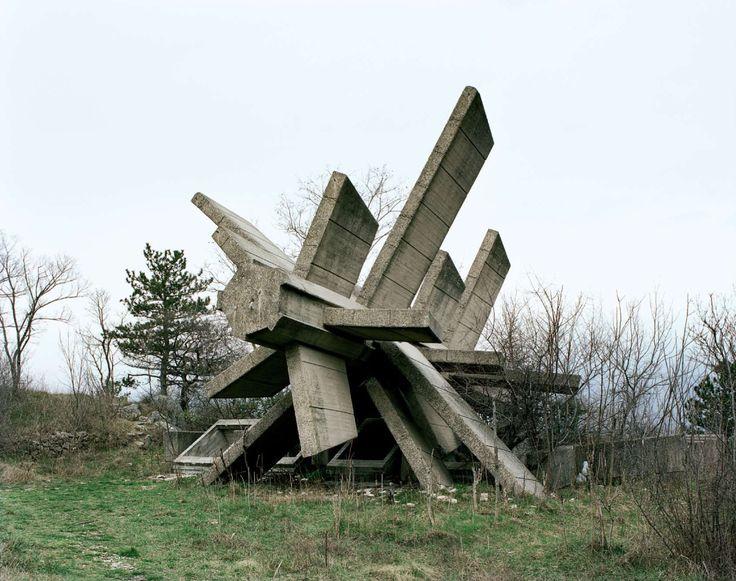 Segunda Guerra Mundial - Estas estructuras fueron mandadas a construir por el ex presidente yugoslavo Josip Broz Tito en la década de 1960 y 70 para conmemorar los sitios donde se llevaron a cabo batallas de la Segunda Guerra Mundial. En la década de los 80, estos monumentos atraían a millones de visitantes cada año. Después de que la República se disolviera en 1990, fueron abandonados por completo y sus significados simbólicos se han perdieron para siempre.
