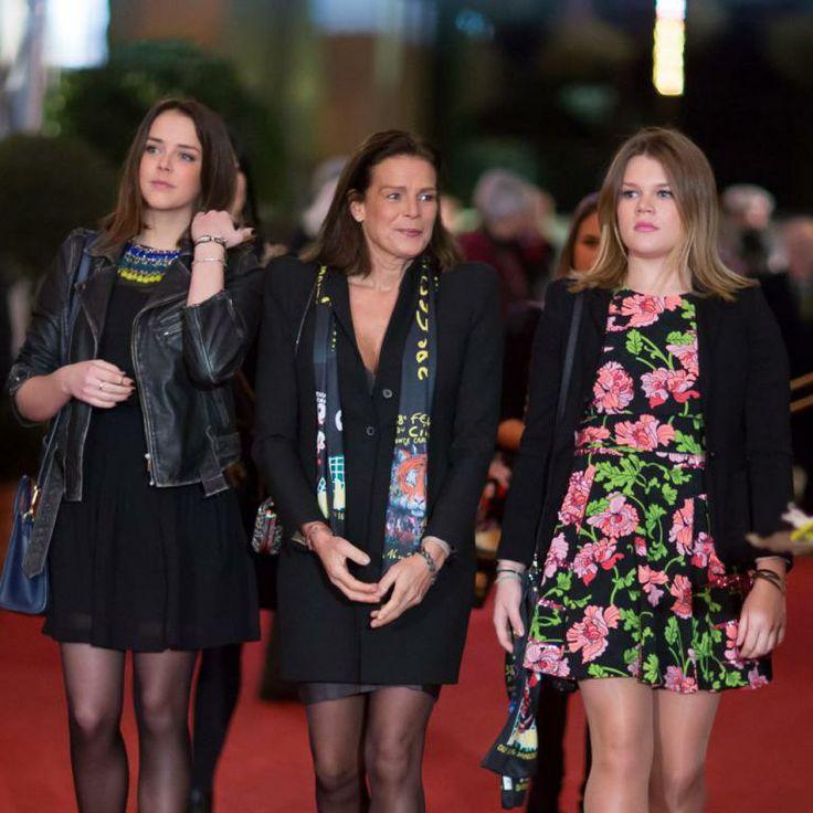 La princesse Stéphanie de Monaco et ses filles Pauline Ducruet et Camille Gottlieb lors de la deuxième journée du 38e Festival International du Cirque de Monte Carlo à Monaco, le 17 Janvier 2014