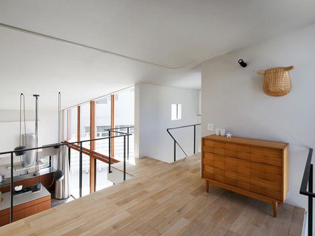 階段をあがった2階のフリースペース Ldkの吹き抜けが広さを感じさせ